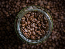 Koffiebonen in glas Stock Afbeelding