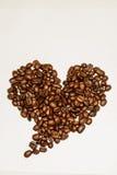 Koffiebonen in haardvorm op wit wordt geïsoleerd dat Stock Foto