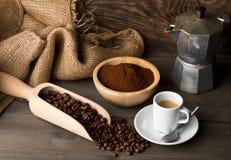 Koffiebonen, het poeder van de grondkoffie en kop van espresso met stov Royalty-vrije Stock Foto