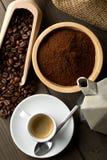 Koffiebonen, het poeder van de grondkoffie en kop van espresso met stov Royalty-vrije Stock Fotografie