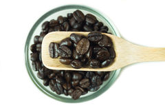 Koffiebonen in houten lepel royalty-vrije stock afbeelding
