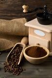 Koffiebonen in houten lepel en grondkoffie met koffieboon Stock Afbeeldingen