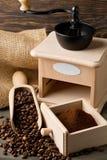 Koffiebonen in houten lepel en grondkoffie met koffieboon Stock Foto