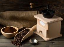 Koffiebonen in houten lepel en grondkoffie met koffieboon Royalty-vrije Stock Fotografie