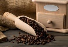 Koffiebonen in houten lepel met de molen van de koffieboon Stock Afbeeldingen