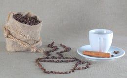 Koffiebonen in jutezak en kaneel Royalty-vrije Stock Foto
