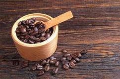 Koffiebonen in kom royalty-vrije stock foto's