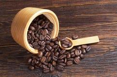 Koffiebonen in kom royalty-vrije stock afbeelding