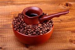 Koffiebonen in kom met Finjan Stock Afbeelding