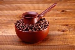 Koffiebonen in kom met Finjan Stock Afbeeldingen