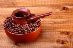 Koffiebonen in kom met Finjan Stock Fotografie