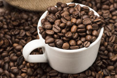 Koffiebonen in kop Royalty-vrije Stock Afbeeldingen