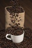 Koffiebonen in kop Stock Afbeeldingen