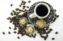 Koffiebonen, kop en bitcoin muntstukken die op witte achtergrond leggen Stock Fotografie