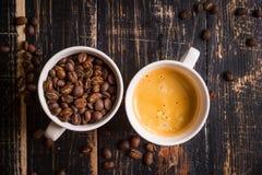 Koffiebonen in koppen Stock Fotografie