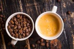 Koffiebonen in koppen Stock Afbeelding