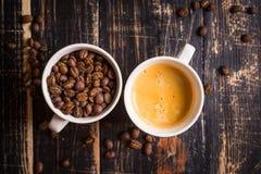Koffiebonen in koppen Stock Foto's