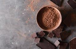 Koffiebonen met chocolade donkere chocolade Gebroken plakken van chocolade Chocoladereepstukken Royalty-vrije Stock Afbeeldingen