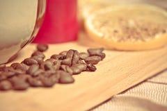 Koffiebonen met citroen Royalty-vrije Stock Foto's