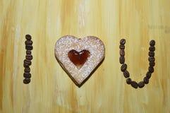 Koffiebonen met hart gevormd koekje Royalty-vrije Stock Afbeeldingen
