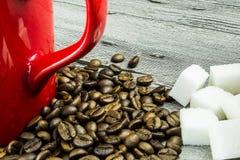 Koffiebonen met kop en suiker op grunge houten lijst Stock Foto