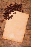 Koffiebonen met oud stijldocument Stock Fotografie