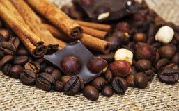 Koffiebonen met pijpjes kaneel en chocolade Royalty-vrije Stock Foto