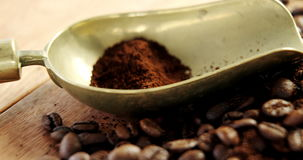 Koffiebonen met poeder en lepel stock video