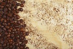 Koffiebonen op abstracte achtergrond Stock Afbeeldingen