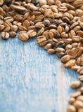 Koffiebonen op blauwe houten achtergrond Royalty-vrije Stock Afbeelding