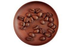 Koffiebonen op bruine ceramische schotel Stock Foto