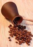 Koffiebonen op bruine ceramische schotel Stock Afbeeldingen