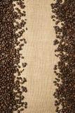 Koffiebonen op de achtergrond van jutestoffen Stock Fotografie