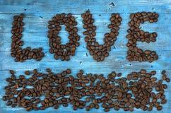 Koffiebonen op een blauwe achtergrond Stock Foto's