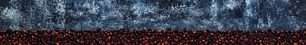 Koffiebonen op een donkere achtergrond van een beton Royalty-vrije Stock Foto