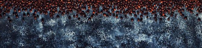 Koffiebonen op een donkere achtergrond van een beton Royalty-vrije Stock Afbeeldingen