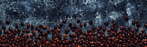 Koffiebonen op een donkere achtergrond van een beton Stock Foto's