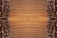 Koffiebonen op een heldere bruine houten achtergrond stock fotografie