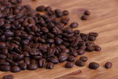 Koffiebonen op een houten lijst Stock Fotografie