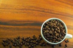 Koffiebonen op een kopachtergrond Stock Foto's