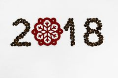Koffiebonen op een licht achtergrond gepost aantal van 2018 Stock Fotografie