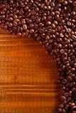 Koffiebonen op een lijst Stock Foto's