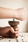 Koffiebonen op een oude lijst worden uitgespreid die Royalty-vrije Stock Fotografie
