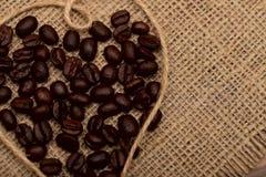 Koffiebonen op een servet van natuurlijke juteachtergrond stock afbeeldingen