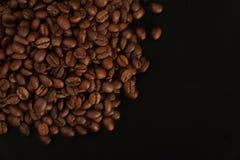 Koffiebonen op een zwarte achtergrond Stock Foto's