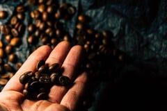 Koffiebonen op een zwarte achtergrond royalty-vrije stock afbeelding