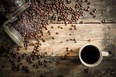 Koffiebonen op het grungehout met kop Royalty-vrije Stock Foto
