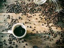 Koffiebonen op het grungehout met kop Royalty-vrije Stock Fotografie