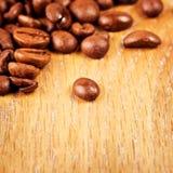Koffiebonen op houten lijst royalty-vrije stock foto
