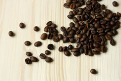 Koffiebonen op houten oppervlakte Royalty-vrije Stock Afbeelding